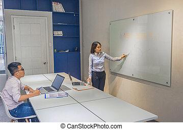 オフィス従業員, 若い, コース, 訓練, 論じなさい