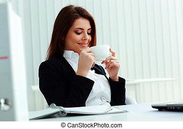 オフィス, カップ, 女性実業家, それ, 若い見ること, 保有物, 微笑