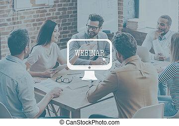 オフィス, ビジネス, モデル, concept., 人々, webinar, 一緒に, 若い, 確信した, 間, 何か, 机, 微笑, 論じる