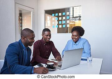 オフィス, ラップトップ, businesspeople, 若い, アフリカ, 使うこと, 微笑