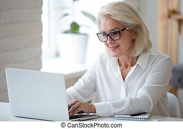 オフィス, 中年, 女性実業家, 集中される, 仕事, ラップトップ