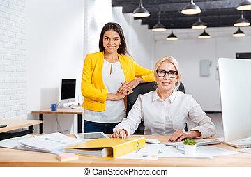 オフィス, 仕事, 2, 一緒に, 微笑, 女性実業家