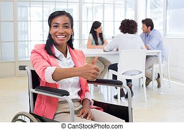 オフィス, 女性実業家, 車椅子, の上, カメラ, 魅力的, 与える, 親指
