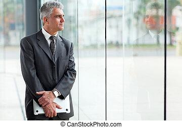 オフィス, 年齢, 中央の, 見る, 窓, によって, ビジネスマン