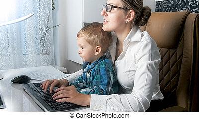 オフィス, 彼女, 女性実業家, 後で, 若い見ること, 子供, 肖像画