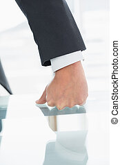 オフィス, 服を着せられる, 井戸, くいしばられた 握りこぶし, 机, ビジネスマン