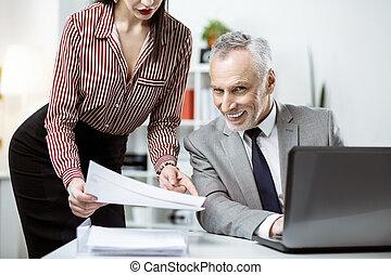 オフィス, 興奮させられた, 労働者, 顔, 不快である, シニア, 表現, 持つこと
