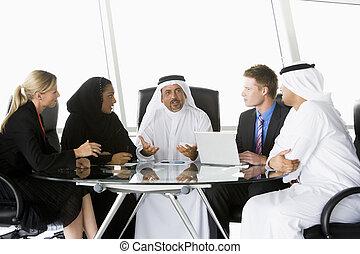オフィス, key/selective, (high, ラップトップ, businesspeople, 話し, 5, focus), 微笑