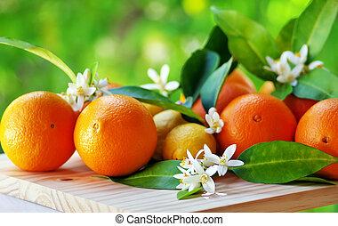 オレンジ, 成果, そして, 花, 上に, テーブル