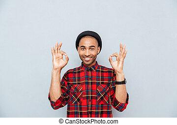 オーケー, 提示, 若い, 印, 朗らかである, 魅力的, アフリカの男