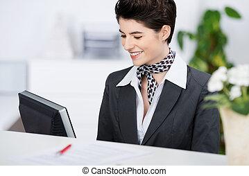 カウンター, 間, コンピュータ, 受付係, 使うこと, 微笑