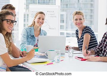 カジュアルなビジネス, 人々, のまわり, 会議テーブル, 中に, オフィス