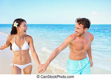 カップルは休暇をとる, 楽しみ, 浜, 持つこと, 幸せ