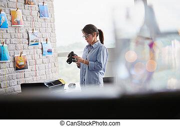 カメラマン, 仕事, 中に, スタジオ, ∥で∥, dslr, カメラ, そして, コンピュータ