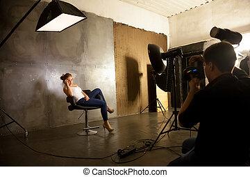 カメラマン, 作成, 写真, の, モデル, ポーズを取る, 椅子