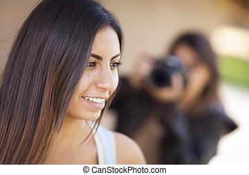 カメラマン, 若い, レース, 成人, 女性, 混ぜられた, モデル, ポーズを取る