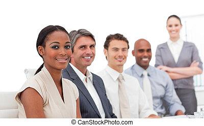 カメラ, ビジネス チーム, 微笑, ポジティブ