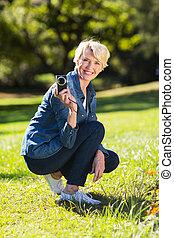 カメラ, 年長の 女性, 保有物, 屋外で