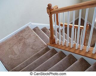 カーペットを敷かれた階段