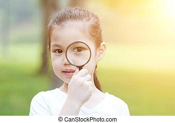 ガラス, わずかしか, outdoors., 女の子, magnifier