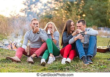 キャンプ, thermos, 夕方, 涼しい, 時間, 火, 暖まること, グループ, forest., 友人, 楽しみ, 楽しむ, 飲みなさい