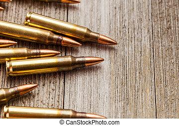 クローズアップ, の, ライフル銃, フルである, 金属, ジャケット, 銃弾, 上に, 木製である, 背景, ∥で∥, コピースペース