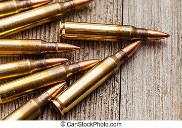 クローズアップ, の, ライフル銃, フルである, 金属, ジャケット, 銃弾, 上に, 木製である, 背景