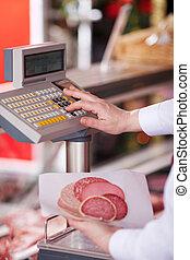 クローズアップ, の, 肉屋, 保有物, 冷たい 切口, 間, ボタンを押すこと, 上に, 重量を量るスケール, 中に,...