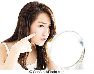 クローズアップ, の, 若い女性, に 見ること, 鏡