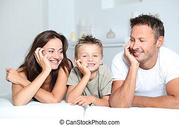 クローズアップ, の, 親, そして, 子供, 家の弛緩, 上に, ソファー
