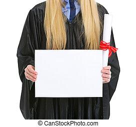 クローズアップ, 上に, 女, 中に, 卒業の ガウン, ∥で∥, 卒業証書, 提示, ブランク, 広告板
