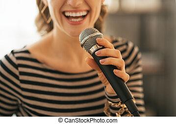 クローズアップ, 上に, 若い女性, 歌うこと, ∥で∥, マイクロフォン, 中に, 中二階の アパート