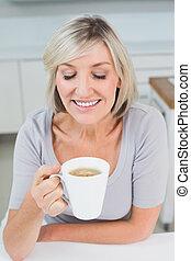 クローズアップ, 女, 飲む コーヒー, 台所