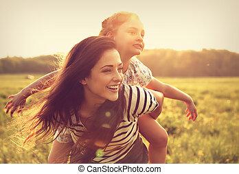 クローズアップ, 幸せ, バックグラウンド。, 明るい, 日没, 女の子, 楽しむ, 背中, 子供, 飛行, 母, portrait., 笑い, 夏