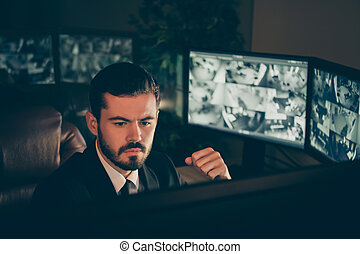 クローズアップ, 深刻, 仕事, 遅く, 夕方, 監督すること, 駅, 肖像画, 彼の, リモート, 彼, カメラ, パネル, 専門家, 安全, 場所, 夜, 魅力的, 制限された, 管理, すてきである, 保護, tv, 人, オンラインで, シフトしなさい