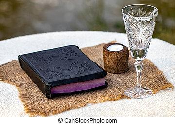 クローズアップ, 聖書, 神聖, カップ, 木製である, 取得, ガラス, communion., ワイン, テーブル, 赤, bread
