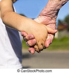 クローズアップ, 自然, 手, 祖母, バックグラウンド。, 子を抱く, 手