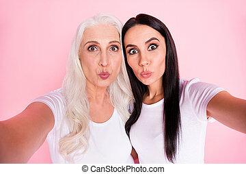 クローズアップ, 色, 作成, 接吻, 写真, 発送, tシャツ, 空気, 友人, 吹く, 年を取った, 隔離された, 最も良く, 朗らかである, 女性, ウエア, 母, 若い, パステル背景, selfies, 娘, ピンク, 白