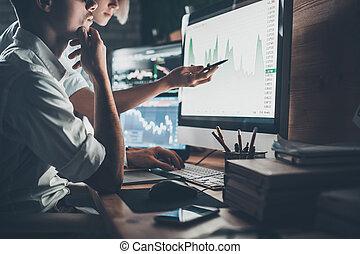 クローズアップ, data., 指すこと, 仕事, チャート, オフィス, 提出された, 若い, 一緒に, 創造的, ビジネス, ペン, 女, 分析, チーム, データ, 間