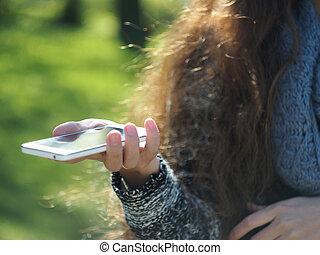 クローズアップ, smartphone, 若い, 使うこと, outdoors., 女の子