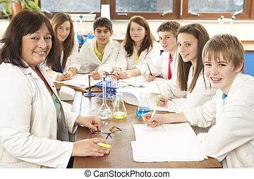 グループ, の, ティーンエージャーの, 生徒, 中に, 科学の クラス, ∥で∥, 家庭教師