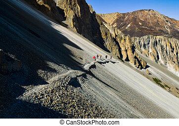 グループ, の, 山, trekkers, 歩くこと, 上に, a, 急, 岩が多い, 丘, 中に, ヒマラヤ山脈, ネパール