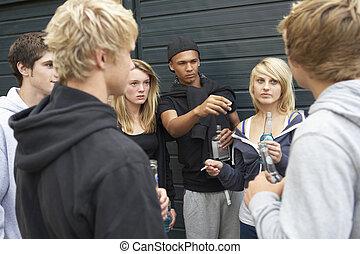 グループ, の, 脅すこと, ティーネージャー, ぶらぶらする, 一緒に, 外, 飲むこと
