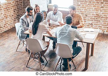グループ, オフィスの人々, モデル, 6, 若い, 一緒に, 間, 何か, 新しい, テーブル, strategy., 論じる
