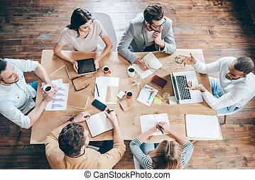 グループ, オフィスの人々, 上, 6, 結果, 間, teamwork., 何か, テーブル, モデル, 論じる,...