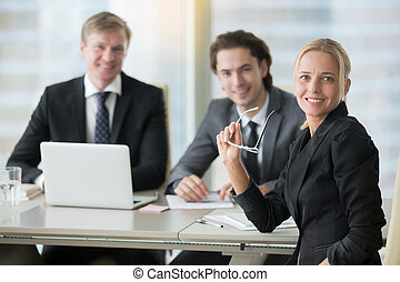 グループ, オフィス, 現代, ビジネスマン, 机, 微笑
