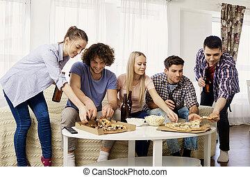 グループ, モデル, ソファー, 間, th, 食べること, 友人, ピザ
