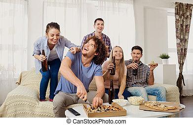グループ, モデル, 間, couch., 食べること, 友人, ピザ