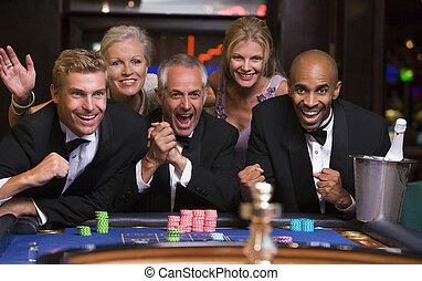 グループ, ルーレット, 勝利, 祝う, テーブル, 友人
