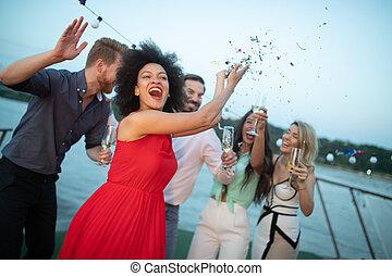 グループ, 一緒に踊る, パーティー, 微笑, 友人